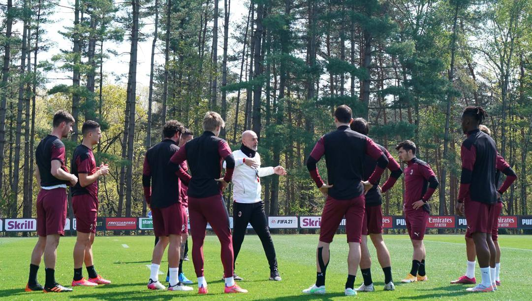 Stefano Pioli, al centro, coi giocatori del Milan. Lapresse