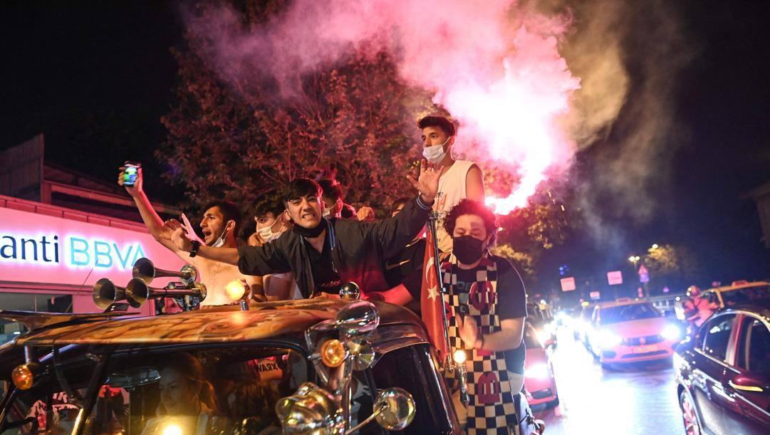 Caroselli nella parte di Istanbul in cui si tifa Besiktas (AFP)