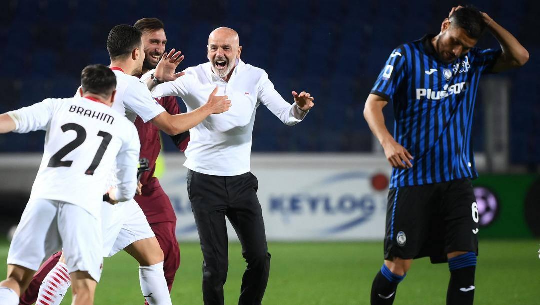 Stefano Pioli festeggia con i suoi giocatori a Bergamo. Afp