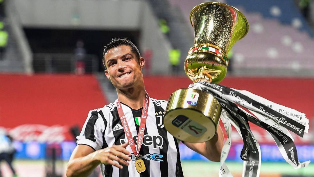Cristiano Ronaldo con la recente Coppa Italia vinta. Afp
