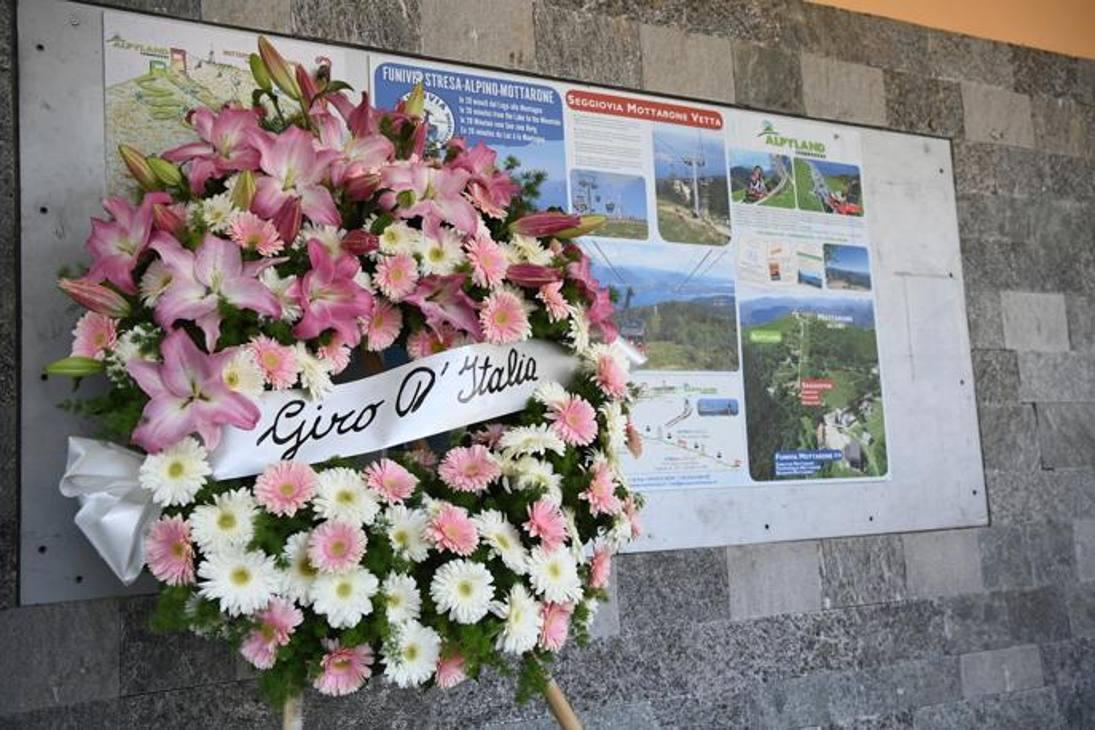 La corona di fiori  deposta ai piedi della funivia Stresa Mottarone da parte del direttore del Giro Mauro Vegni, dell'Amministratore Delegato di Rcs Sport Paolo Bellino  e del Sindaco di Stresa Marcella Severino.
