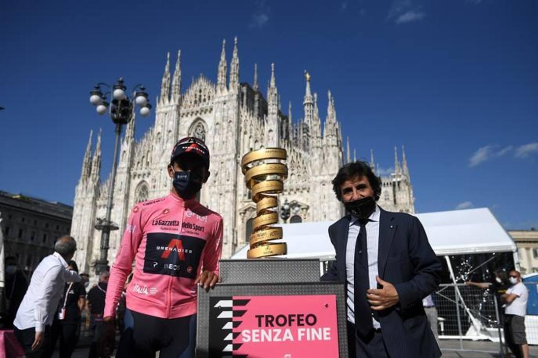 Il presidente di Rcs Urbano Cairo ha consegnato il trofeo senza fine al colombiano Egan Bernal, re di questo Giro d'Italia.