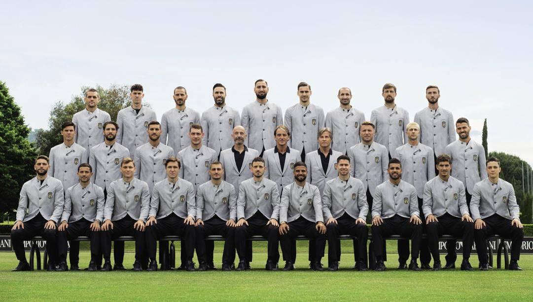 La Nazionale in posa con le divise disegnate da Giorgio Armani. Foto: Lucas Possiede