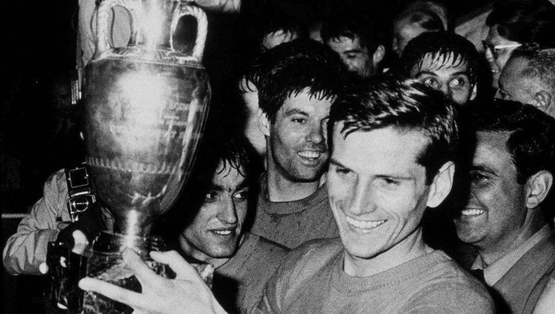 Il capitano Giacinto Facchetti tiene la coppa dell'Europeo del 1968 vinto battendo la Jugoslavia in finale. Getty Images
