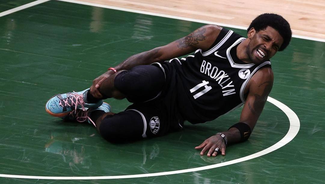 Kyrie Irving a terra si tiene la caviglia destra infortunata. Ap