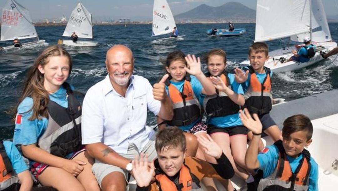 Un gruppo di ragazzi della Scuola Vela Mascalzone Latino con Vincenzo Onorato