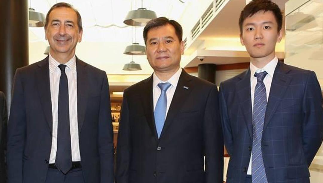 Il sindaco di Milano Beppe Sala con Zhang Jindong e il figlio Steven nel 2016. Omnimilano