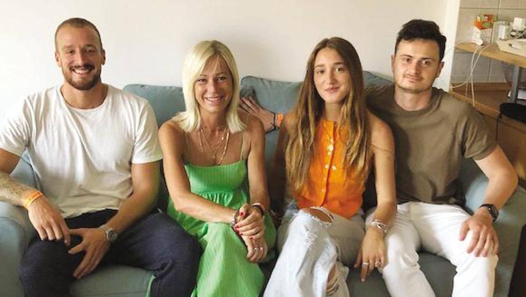 La famiglia Rossi a Budapest: da sinistra Simone, 28 anni, giocatore dell'Ortigia Siracusa di pallanuoto, la moglie Mariella, la figlia Gaia e il cugino Guido