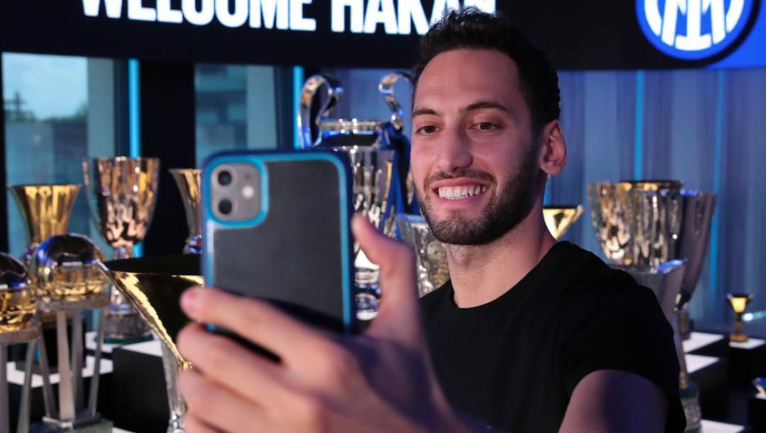 Hakan Calhanoglu (27 anni) nella sede dell'Inter mentre scatto il primo selfie da giocatore nerazzurro. TWITTER