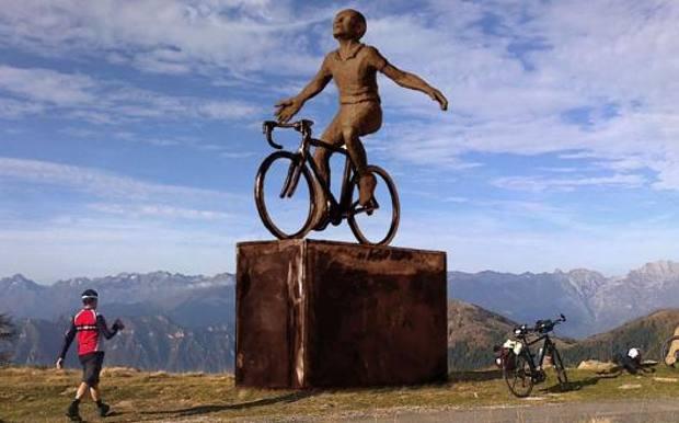 Il rendering della statua di Pantani che sarà inaugurata sabato 26 giugno a Plan di Montecampione