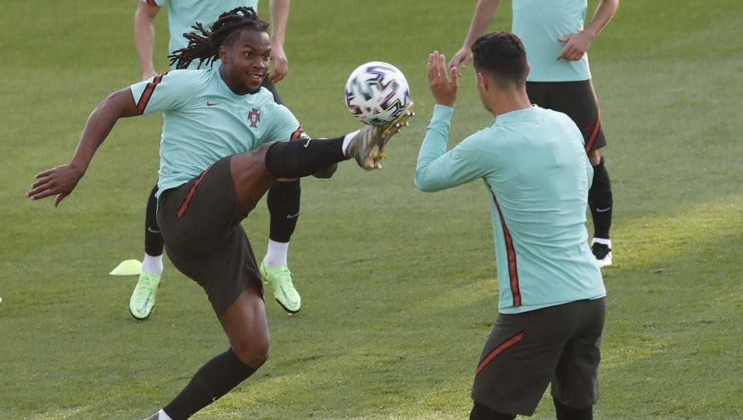 Cristiano Ronaldo vede da vicino quanto sia energetico Renato Sanches. LaPresse