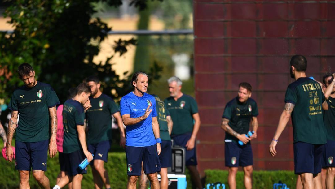 Roberto Mancini dirige l'allenamento azzurro a Coverciano. Getty