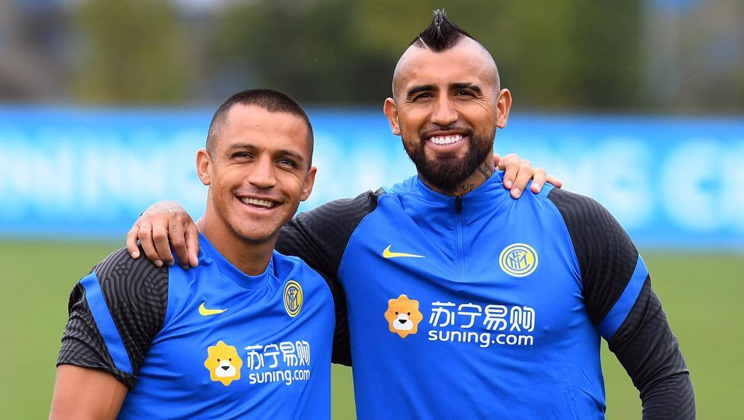 Alexis Sanchez (32 anni) e Arturo Vidal (34) durante un allenamento ad Appiano Gentile. GETTY IMAGES