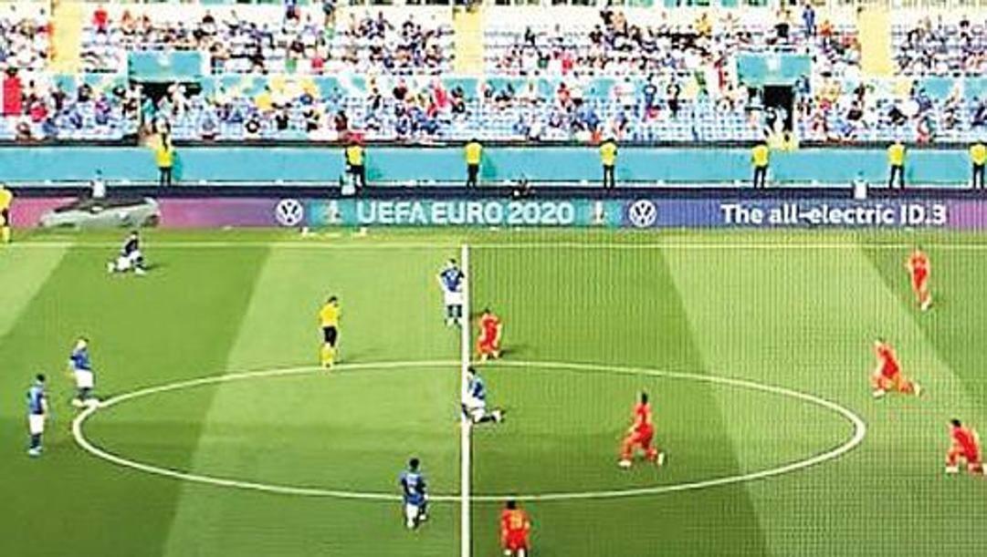 Immagine tratta dalla tv: i 5 azzurri inginocchiati contro il Galles, 6 in piedi