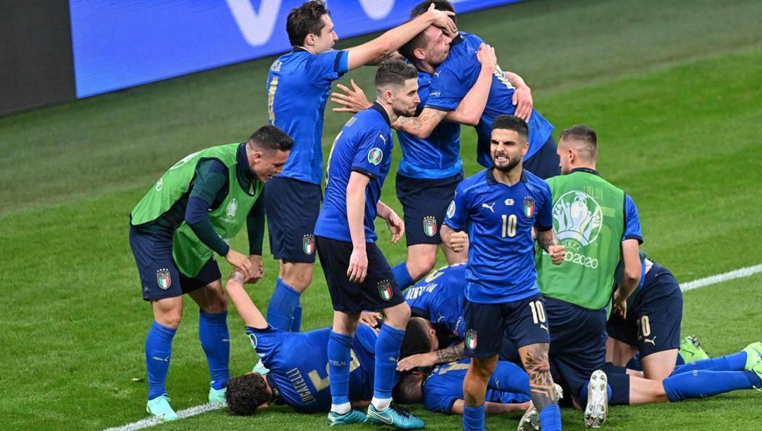 La festa degli azzurri dopo il gol di Pessina. Afp