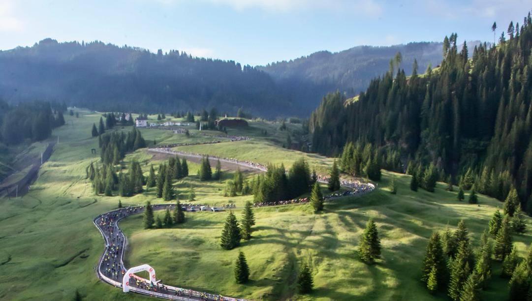 ll serpentone di ciclisti alla Maratona delle Dolomiti.