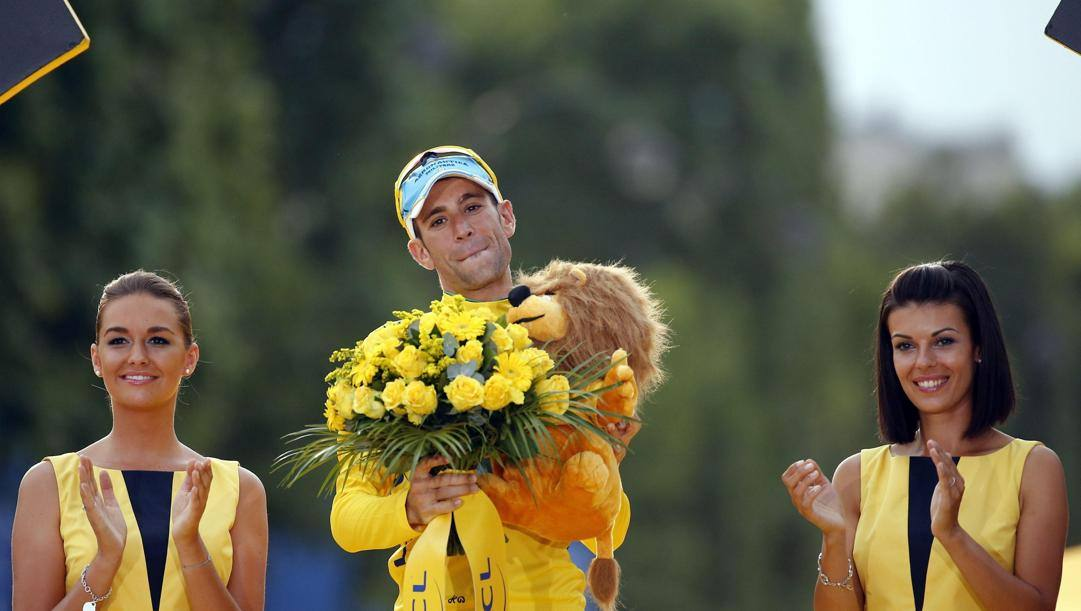 Nibali sul podio del Tour. Epa