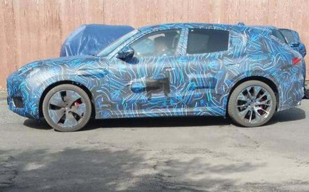Vista laterale della Maserati Grecale