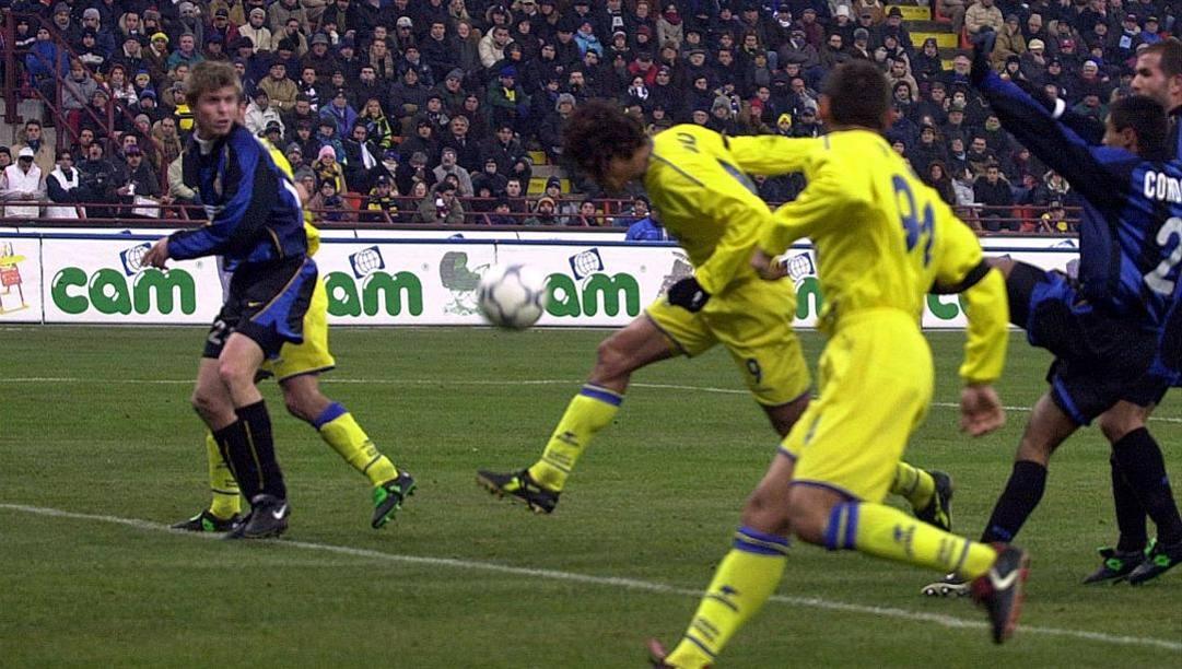 Bernardo Corradi segna di testa a San Siro il 15  dicembre 2001 a San Siro contro l'Inter di Vieri e Ronaldo. Il Chievo capolista vince per 2-1, di Marazzina l'altra rete gialloblù. È forse il punto più alto della storia del club veronese DFP