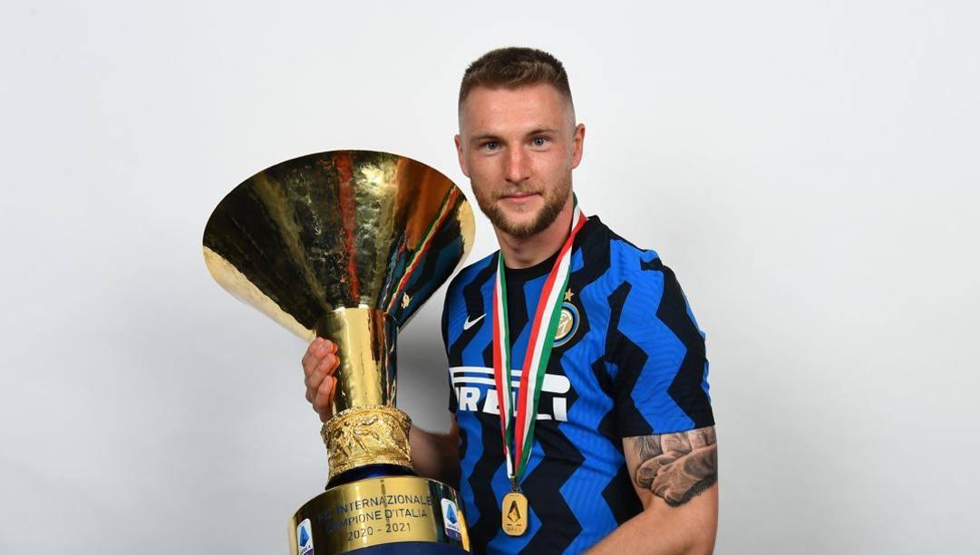 Milan Skriniar con il trofeo dello scudetto 2020/21. Getty