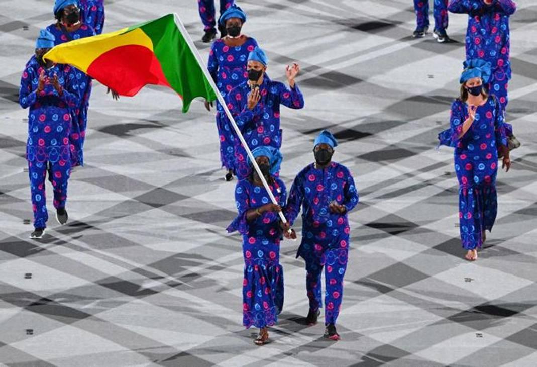 Una cerimonia emozionante. Oltre 200 Paesi hanno sfilato a Tokyo alla cerimonia d'inaugurazione dei Giochi 2020. E se ne sono viste di tutti i colori... Abbigliamenti sfarzosi, bizzarri e persino improbabili. Accostamenti divertenti o completi sobri ed eleganti. Per alcuni i colori della bandiera, per altri semplicemente mix stilistici dall'effetto persino psichedelico... Ecco il Benin. Afp