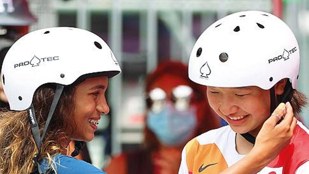 Rayssa Leal (Brasile), 13 anni, argento nello skateboard, fa i complimenti alla coetanea vincitrice Momiji Nishiya (Giappone)
