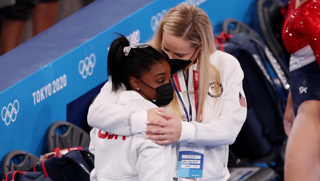 Simone Biles consolata dal coach della nazionale Usa, Cecile Landi. Getty