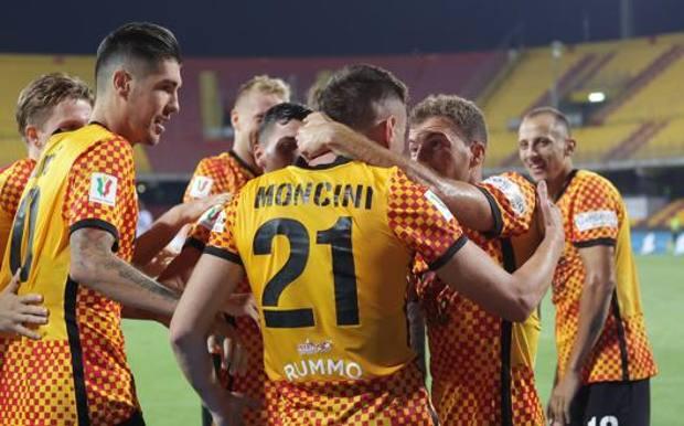 I giocatori del Benevento festeggiano   il match winner Moncini. LAPRESSE