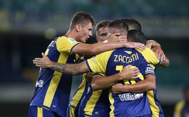 L'abbraccio dei giocatori dell'Hellas Verona. LAPRESSE