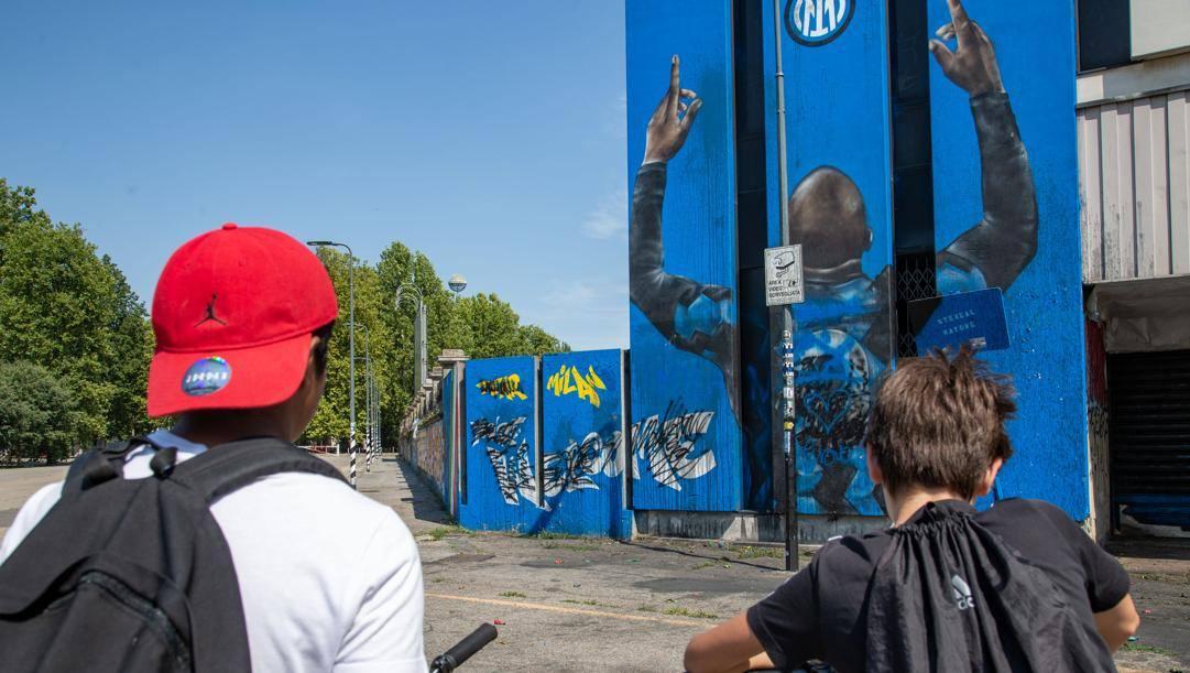 Tifosi nerazzurri davanti al murales di Lukaku. Ansa