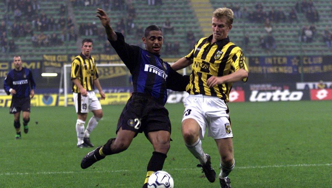 Vampeta in Coppa Uefa contro il Vitesse nel 2000. Dfp