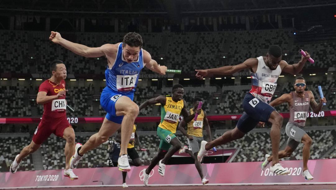Filippo Tortu mentre taglia il traguardo nella 4x100 maschile. AP
