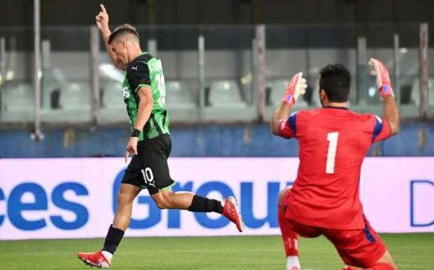Filip Djuricic, 29 anni, esulta dopo un gol in amichevole a Gigi Buffon, 43