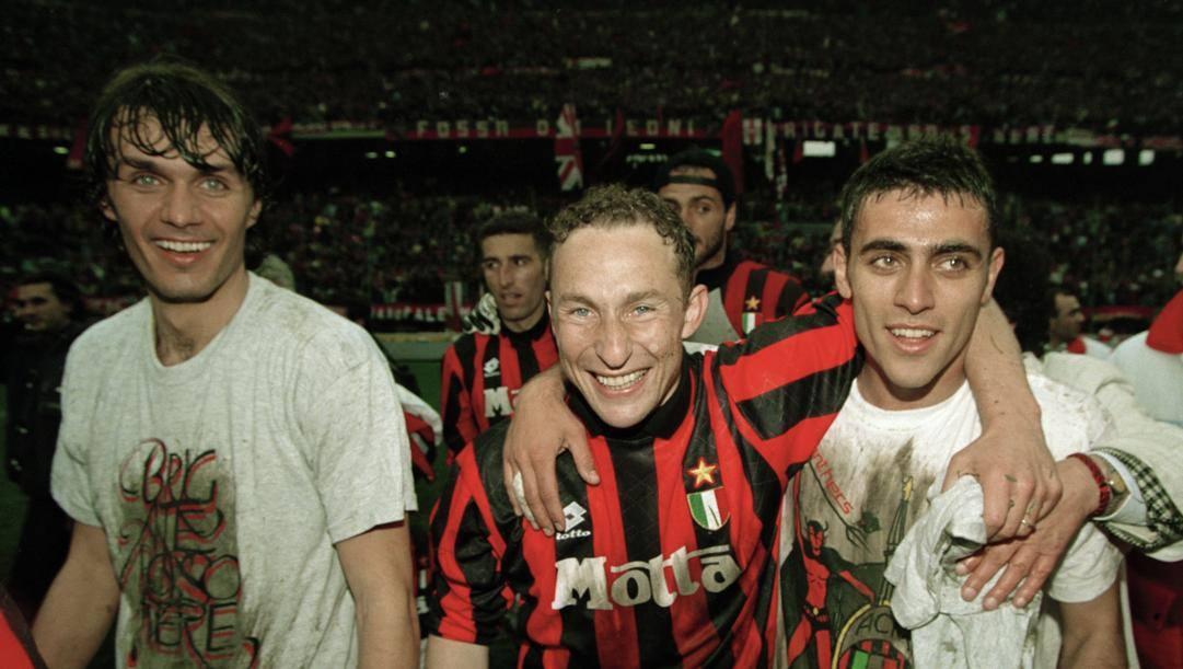 Jean Pierre Papin con Maldini e Carbone festeggia lo scudetto 1994. Getty