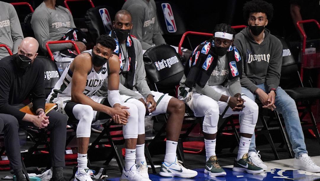 I giocatori dei Bucks in panchina con la mascherina: dal 2021-22 non sarà più obbligatorio indossarla per i giocatori vaccinati. LaPresse