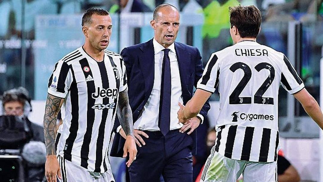 Il tecnico della Juventus Massimiliano Allegri, 54 anni, tra Bernardeschi e Chiesa. Afp