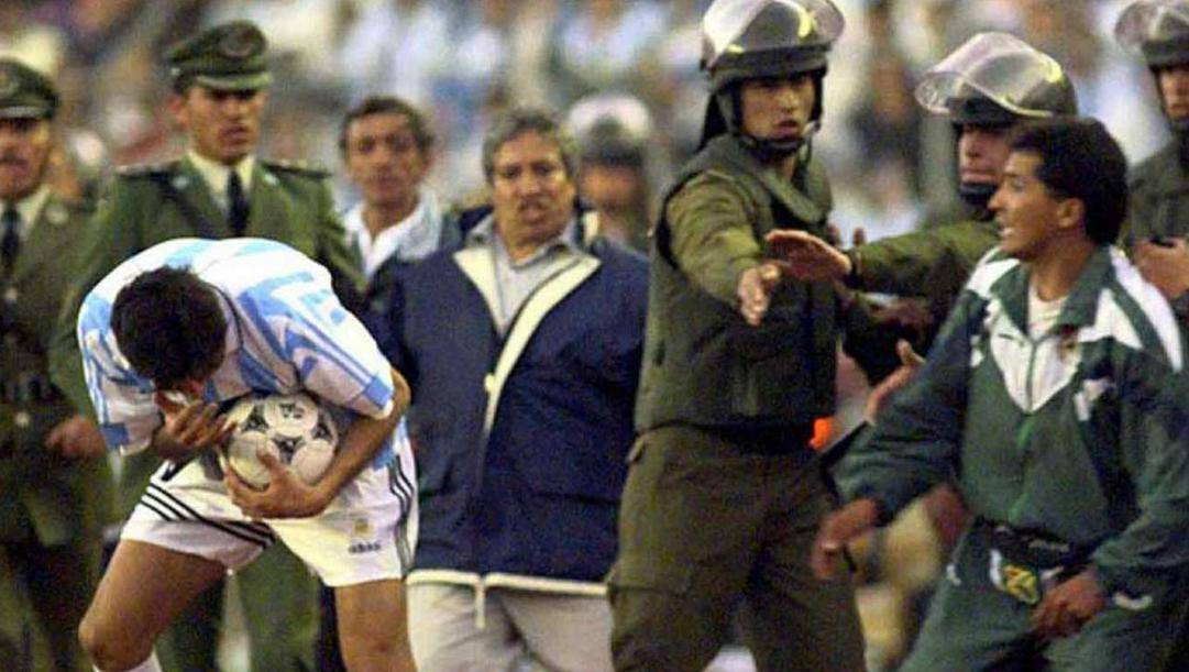 Julio Cruz, attaccante, colpito da un addetto boliviano a destra