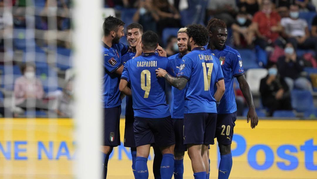 Giovanni Di Lorenzo, 28 anni, festeggiato dai compagni per il primo gol in Nazionale. Lapresse