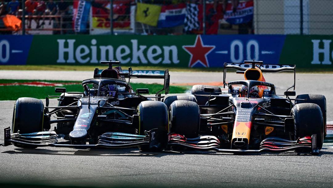 La Mercedes di Hamilton (a sin.) e la Red Bull di Verstappen agganciate