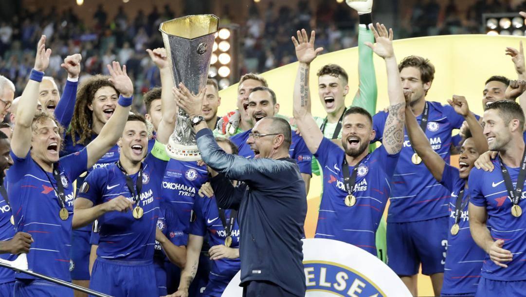 Maurizio Sarri alza il trofeo dell'Europa League vinta nel 2019 con il Chelsea. Ap