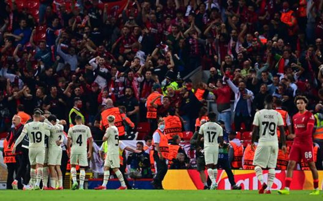 Il Milan esulta davanti ai suoi tifosi dopo l'1-1. Afp