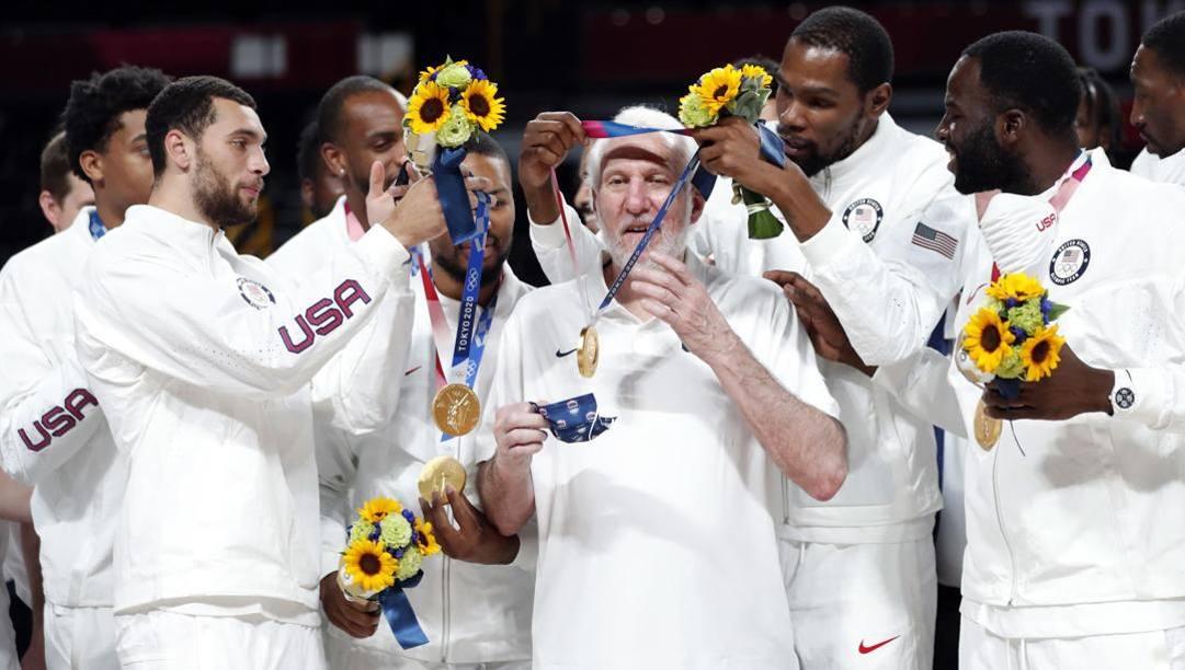Gregg Popovich riceve la medaglia d'oro olimpica da Kevin Durant. È il suo ultimo atto come c.t. Epa