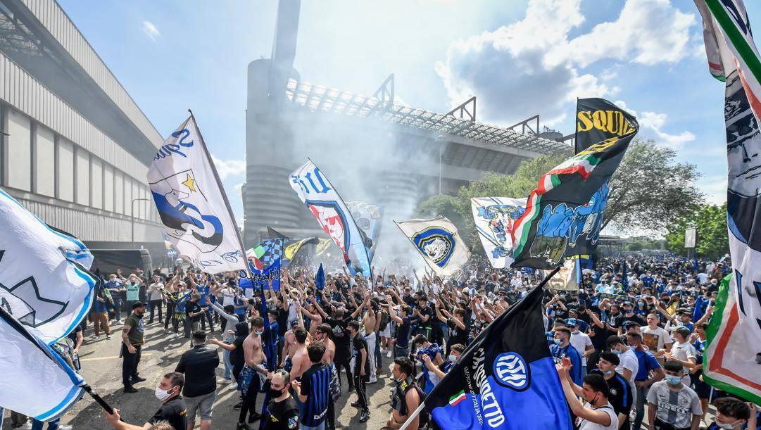 Tifosi dell'Inter fuori dallo stadio Meazza. Lapresse