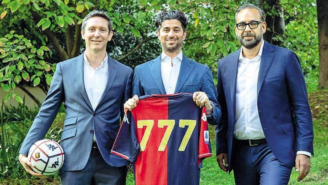 Josh Wander, fondatore di 777 Partners tra due dirigenti: Juan Arciniegas (sin.) e Andres Blazquez. Genoacfc