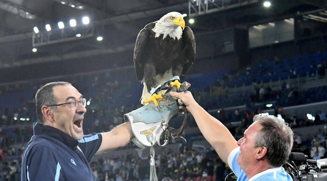 Maurizio Sarri con l'aquila Olimpia. Afp