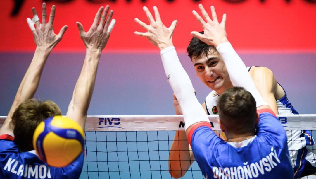 Alessandro Michieletto, 19 anni, in azione con la maglia azzurra