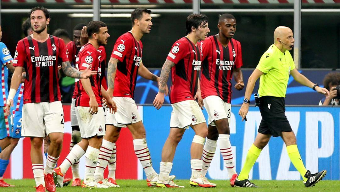 Cuneyt Cakir durante Milan-Atletico. Kulta
