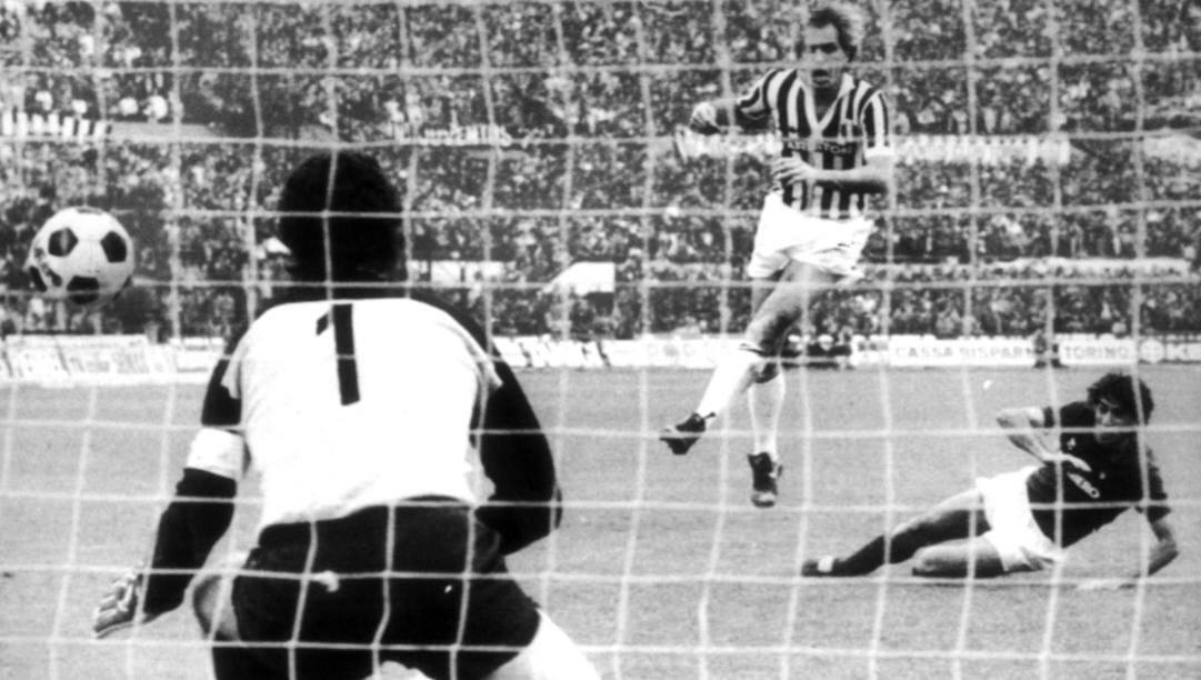 Torrisi, a destra, trafigge Zoff: 27 marzo 1983, Toro-Juve 3-2