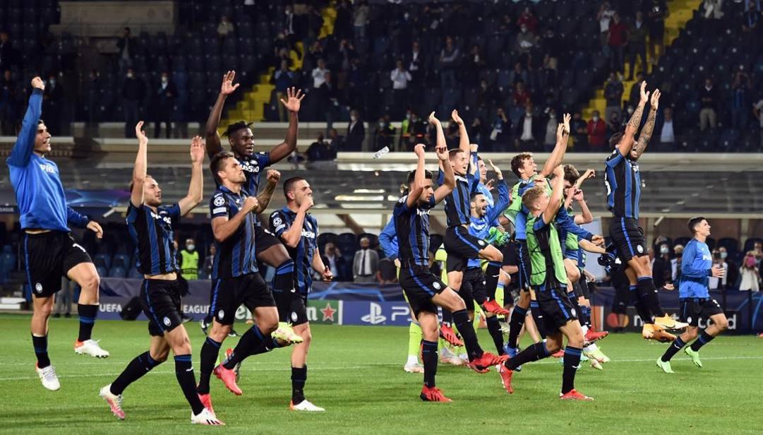 Il saluto dei giocatori dell'Atalanta ai tifosi, dopo il successo sullo Young Boys. Ansa