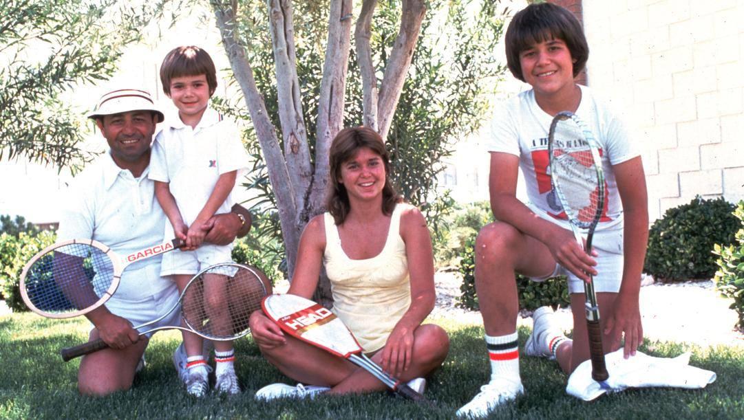 Andre Agassi a 6 anni col padre Emanuel 'Mike', la sorella Rita e il fratello Phil nel 1976. Getty